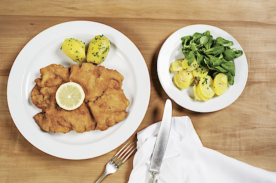 A picture shows a Wiener Schnitzel