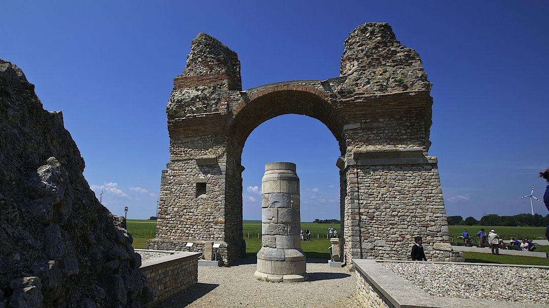 A picture shows the Heidentor in Carnuntum