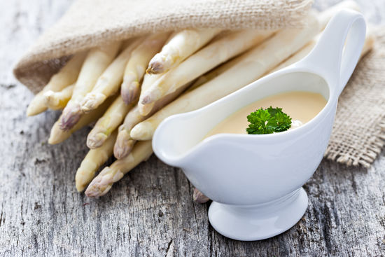 A picture shows asparagus with Sauce Hollandaise
