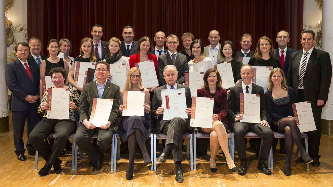 A picture shows graduates of the Weinakademie