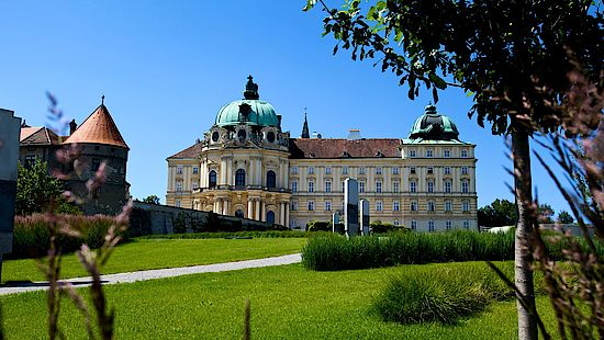 A picture shows the monastery of Klosterneuburg