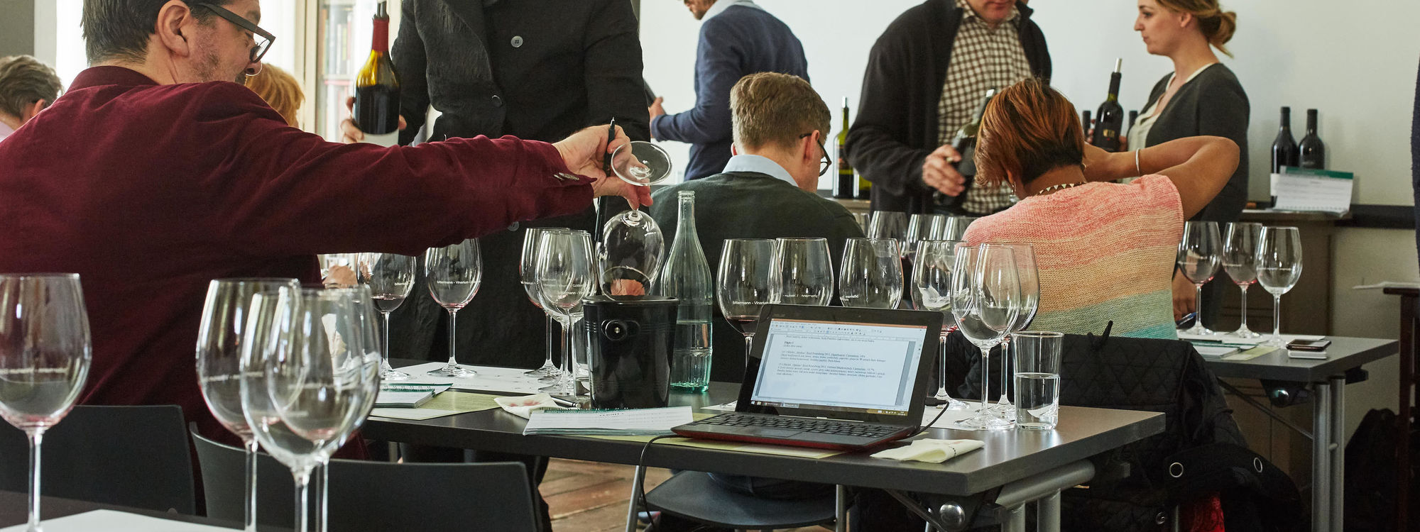 This picture shows a man during a seated tasting
