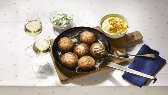 A picture shows a pan full of rissoles and two glasses of white wine, © AWMB/Blickwerk Fotografie.